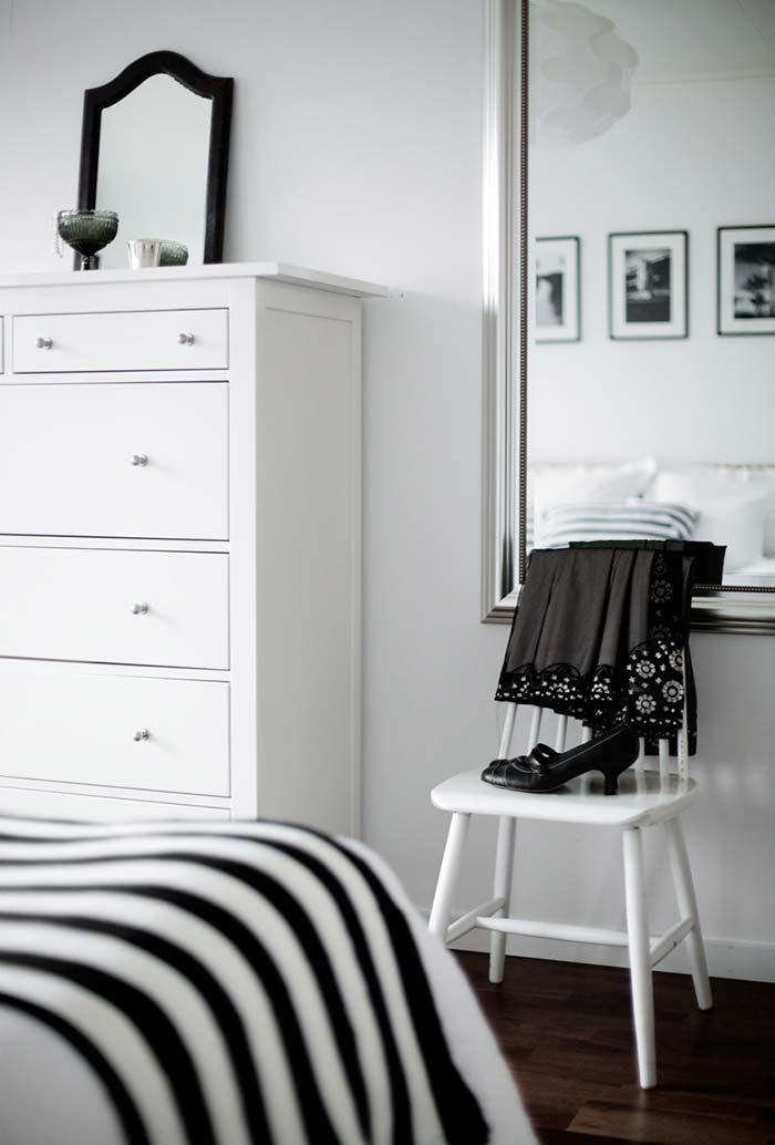 Espelhão suspenso na parede do quarto