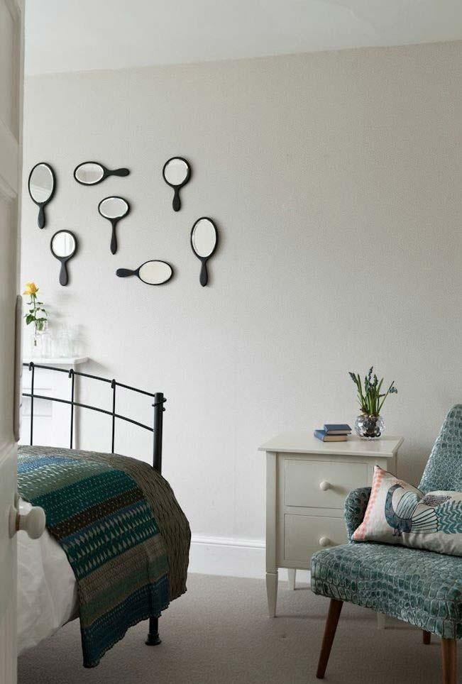 Composição recortada na parede com vários espelhos