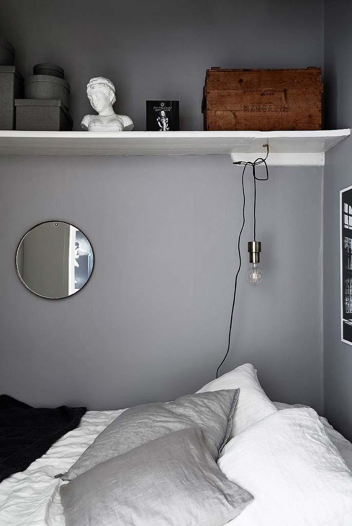 Espelho redondo pequeno na parede da cama