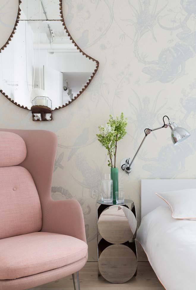 Espelho em formato de sino elevado na parede