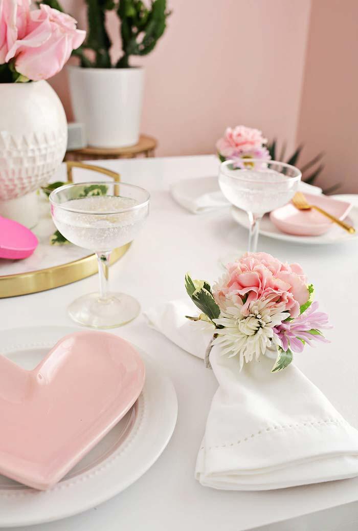 Mesa para jantar romântico em rosa e branco