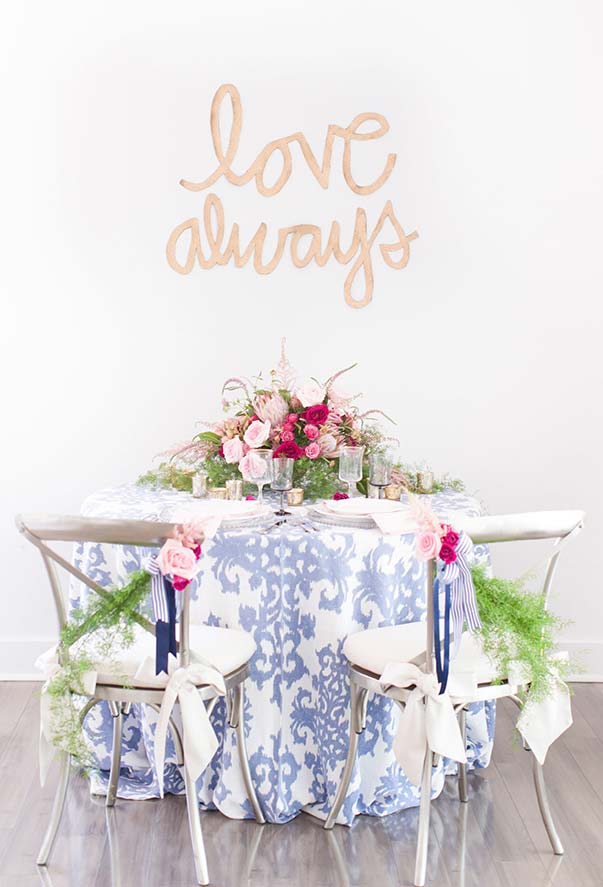No caso dos jantares românticos, vale colocar as cadeiras lado a lado