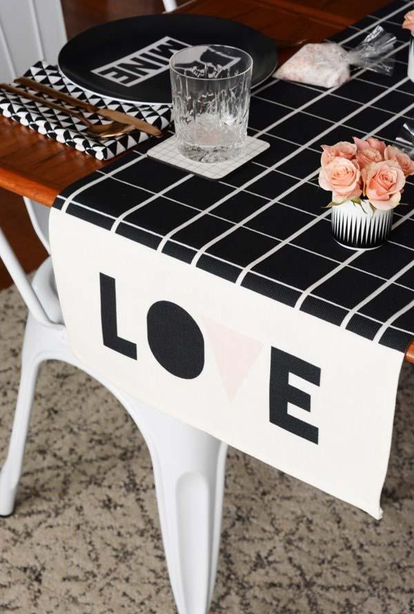 Decoração de jantar romântico com toalha de mesa e jogo americano