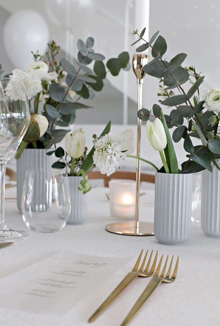 Pequenos arranjos em vasinhos para jantar romântico