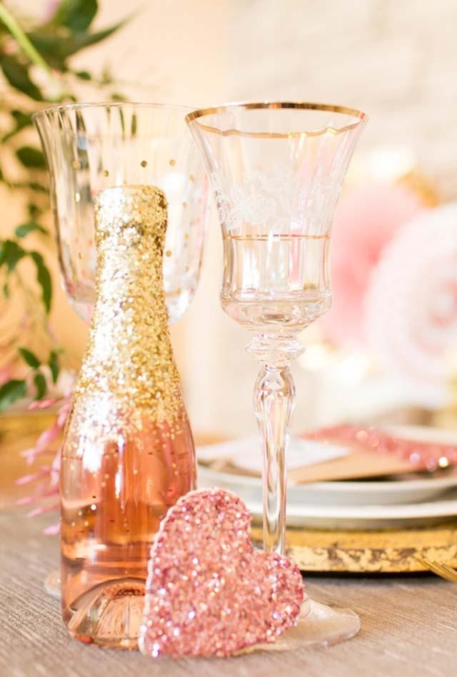 Decoração de mesa glam com glitter para jantar romântico