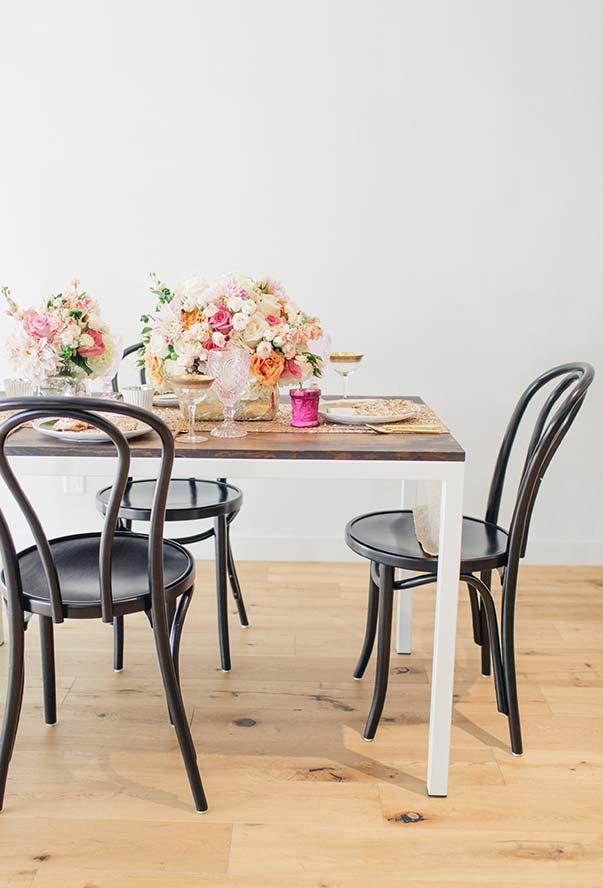 Mesa simples para jantar romântico