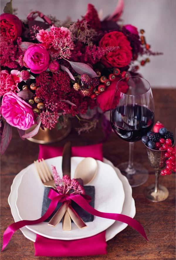 Vermelho, roxo e vinho na decoração de jantar romântico
