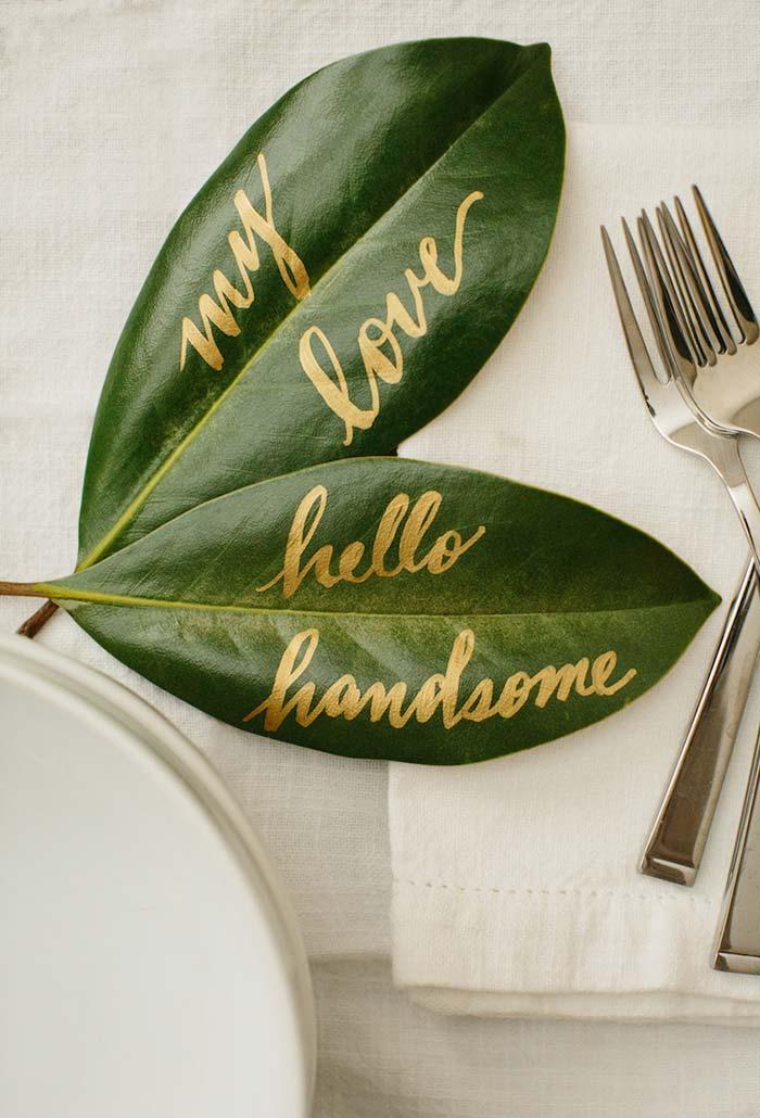 Lettering sobre folha natural para jantar romântico