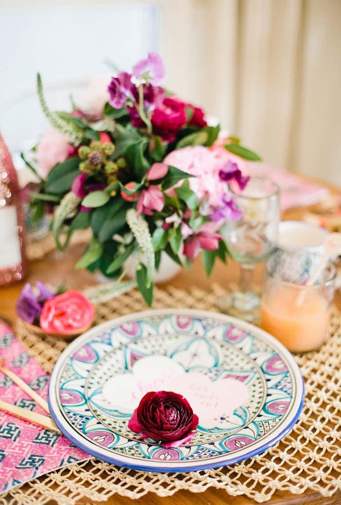 Mesa decorada para jantar romântico