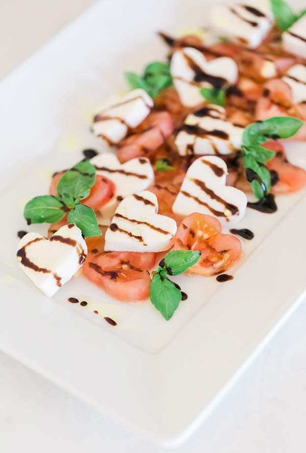 Salada cortada com moldes de coração