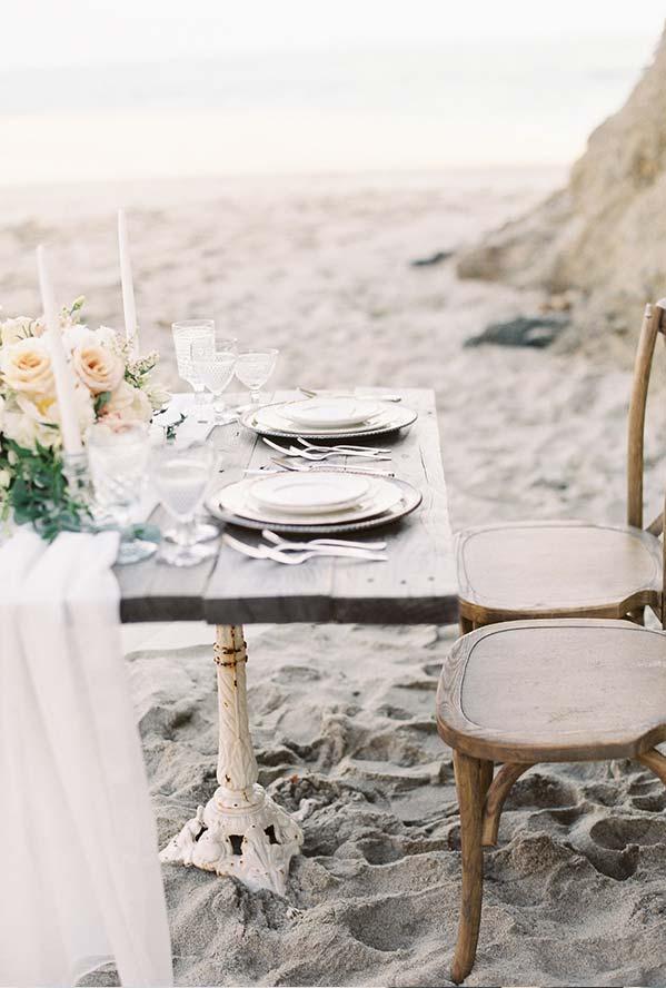 Jantar romântico na praia com toda a sofisticação e elegância possível
