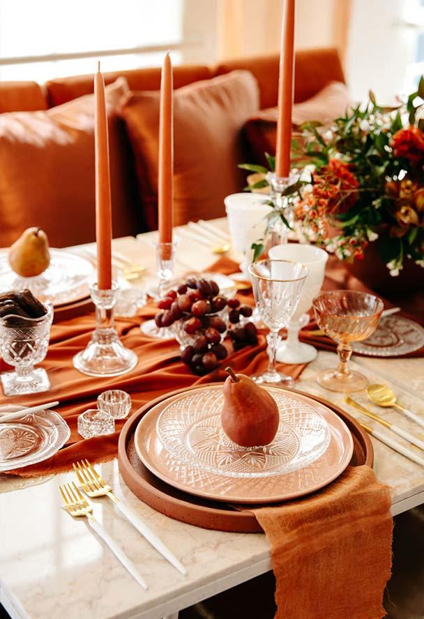 Mesa para jantar romântico em cores quentes
