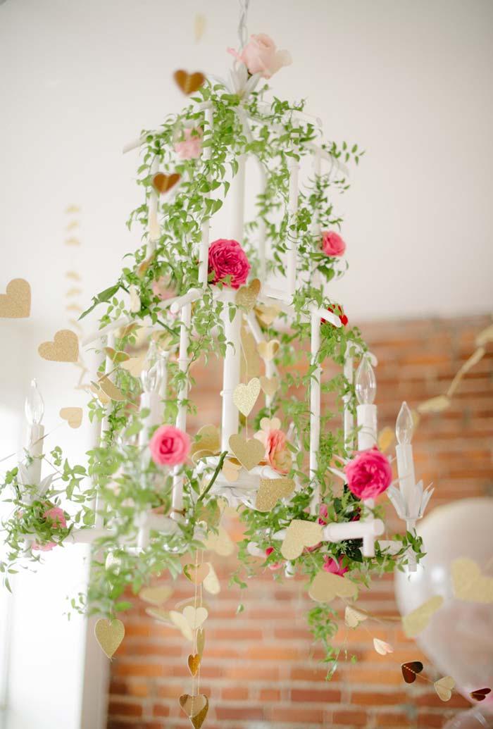 Arranjos com galhos de folhas e flores