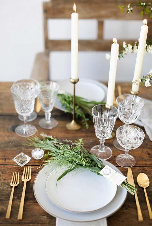 Simplicidade na decoração da mesa e no presente