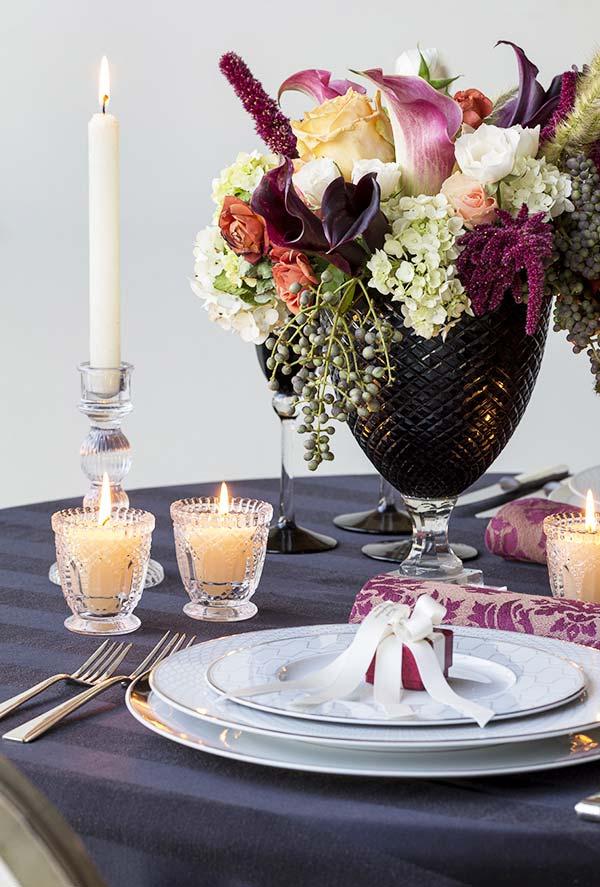 Decoração de mesa para jantar romântico em roxo