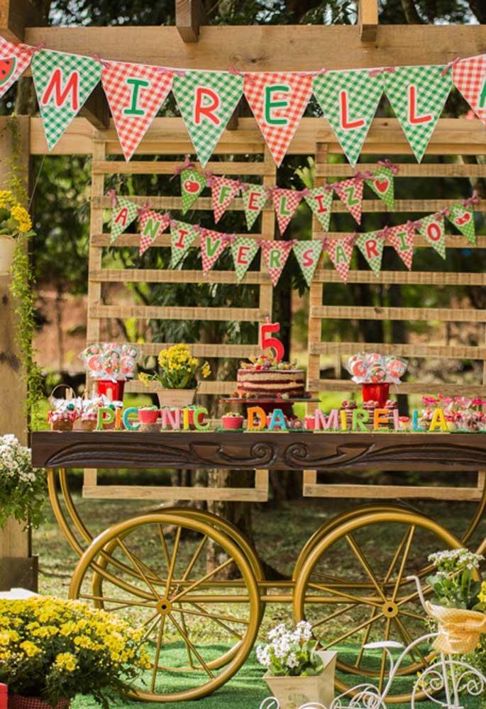 Você pode usar objetos antigos para fazer a decoração da festa tema piquenique e ainda juntar com painel de palete para ser um aniversário no estilo rústico.