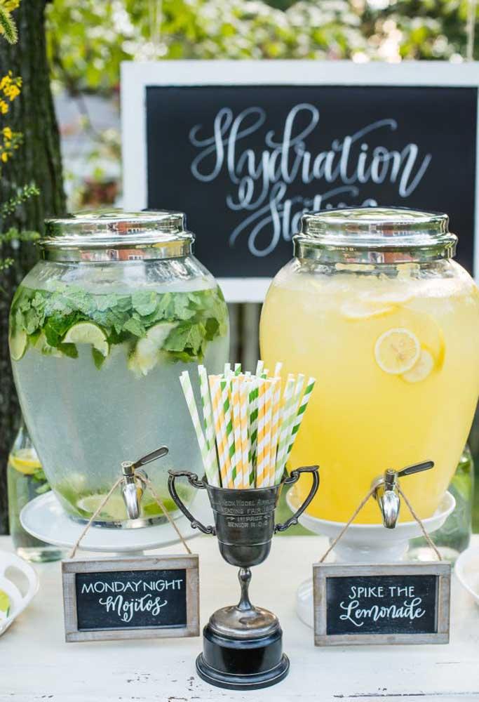 Bebidas refrescantes devem ser servidas na festa picnic para deixar todo mundo hidratado. Sirva as bebidas em recipientes apropriados.