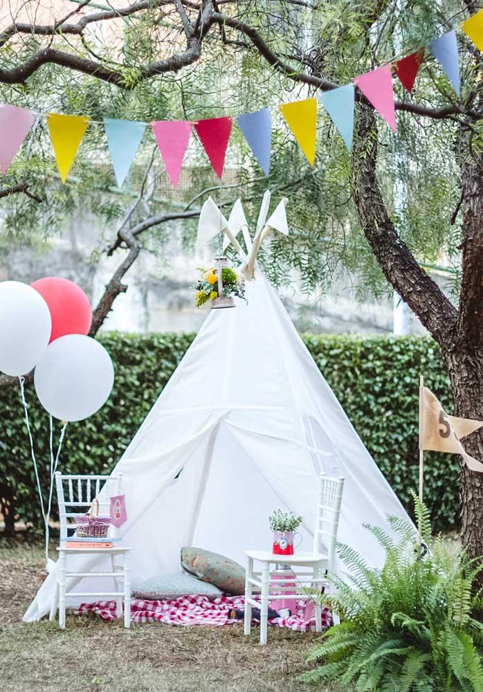 Como a festa piquenique é ao ar livre, nada melhor do que fazer uma cabana para as crianças se divertirem.
