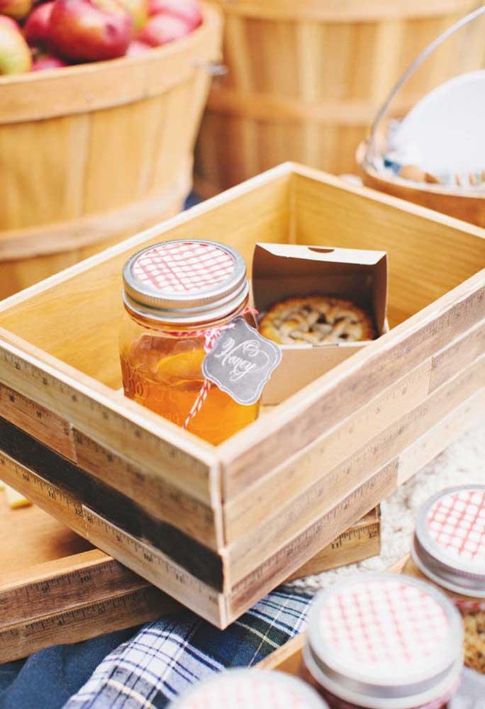 Olha que ideia original na hora de servir os convidados. Caixotes de madeira que podem ser reaproveitados para isso.