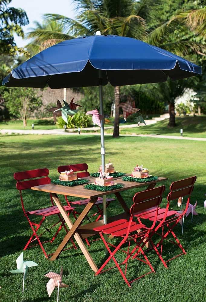 Os convidados precisam está bem acomodados na festa piquenique no parque, já que o local é ao ar livre. Para isso, use guarda-sol em cima da mesa para protegê-los.