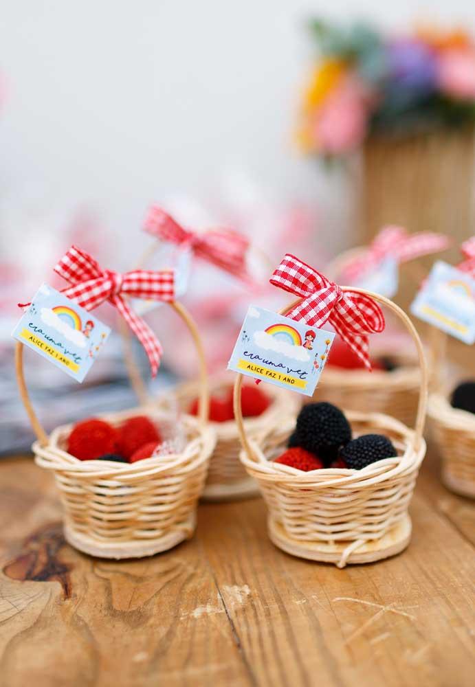 Que tal servir os docinhos da festa de piquenique em cestinhas de palha?