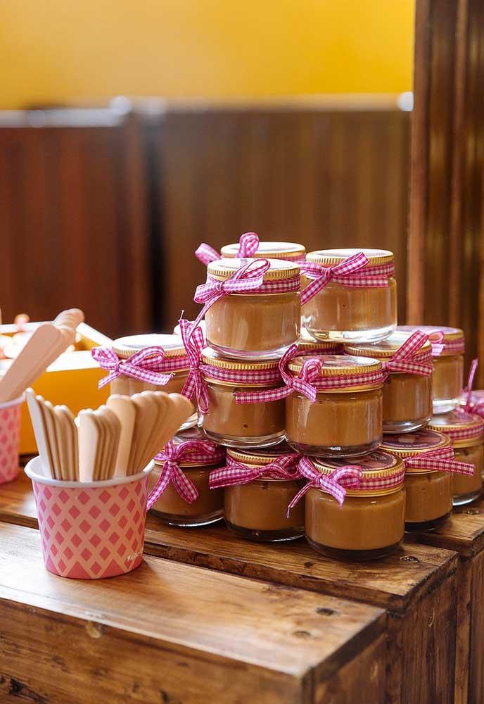 O potinho transparente é a forma mais prática de servir as guloseimas da festa.