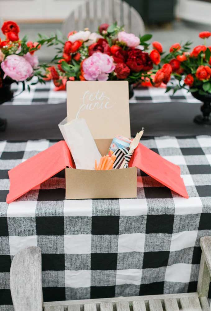 Que tal preparar um kit com guloseimas para cada convidado?
