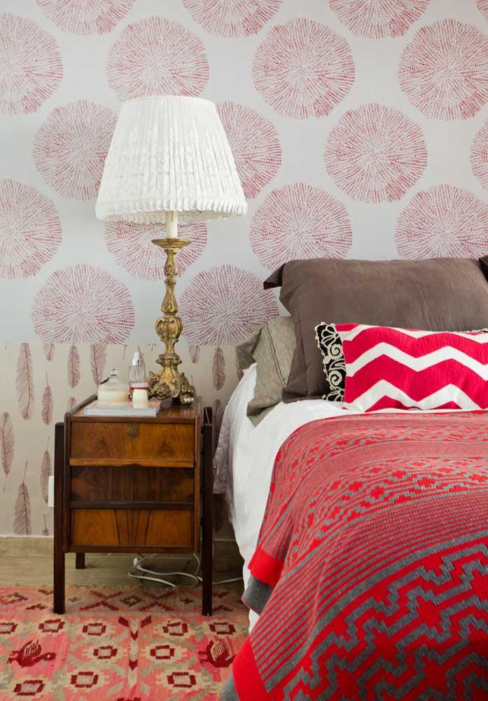 O papel de parede para quarto vermelho pode ser bem discreto.