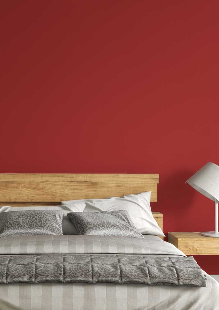 A parede pintada de vermelho deixa o ambiente bem charmoso.