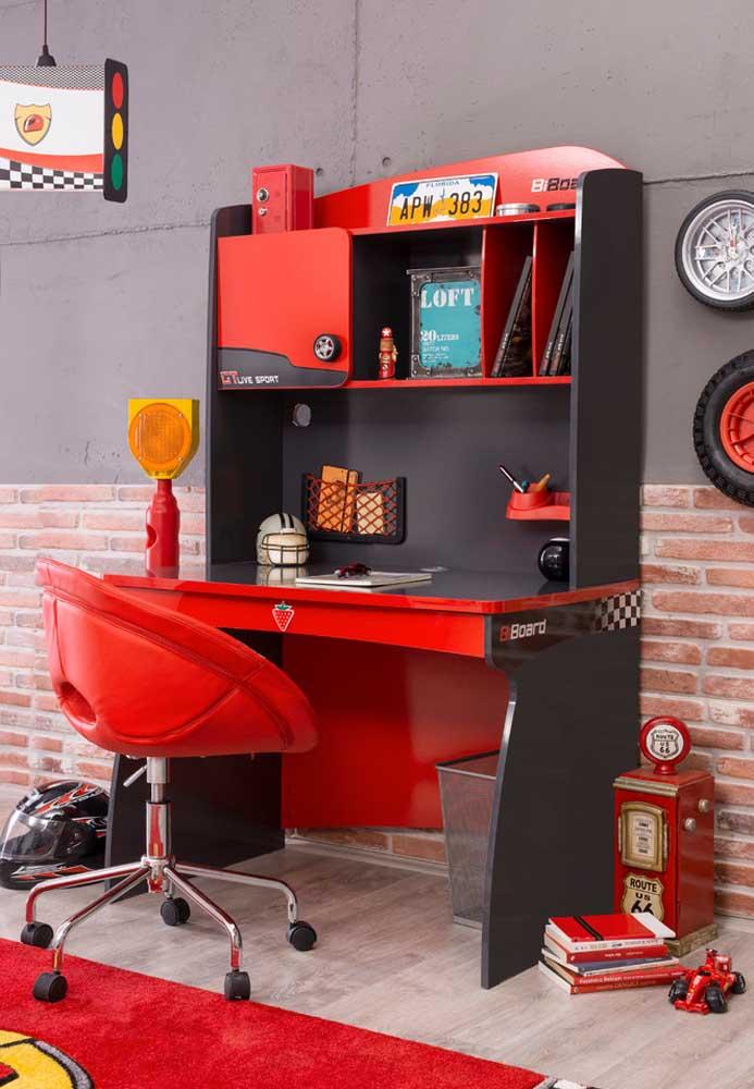 Uma decoração vermelha e cinza inspirada em carros.