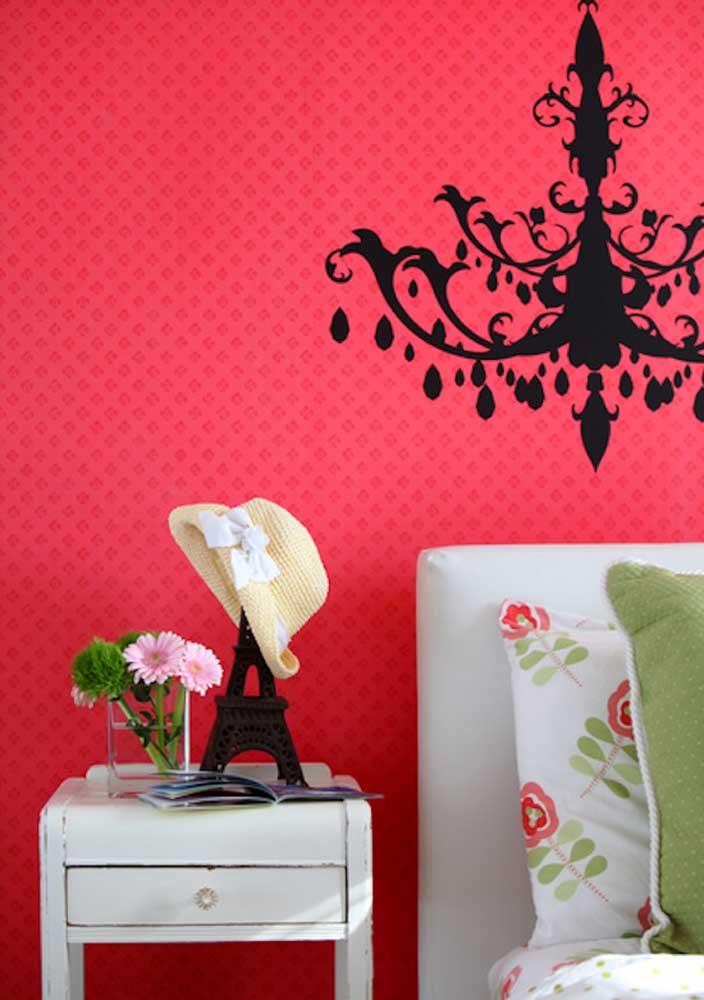 O que acha de fazer uma decoração inspirada em Paris no quarto vermelho e preto?