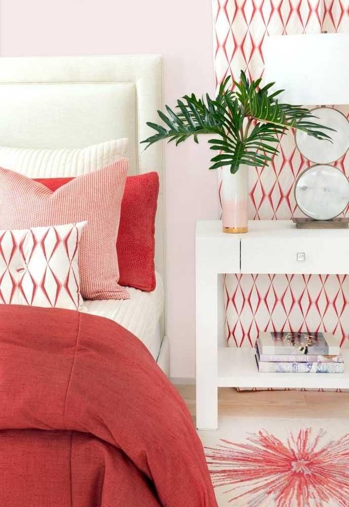 É incrível como o quarto vermelho e branco fica bem delicado.