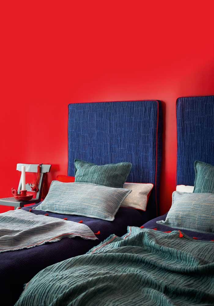 Quem disse que não dá para fazer um quarto vermelho e azul para os meninos?