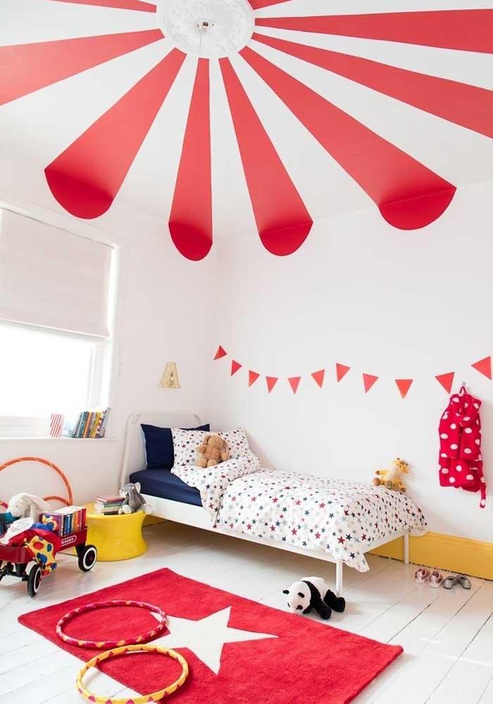 Já pensou fazer o quarto de bebê vermelho e branco?