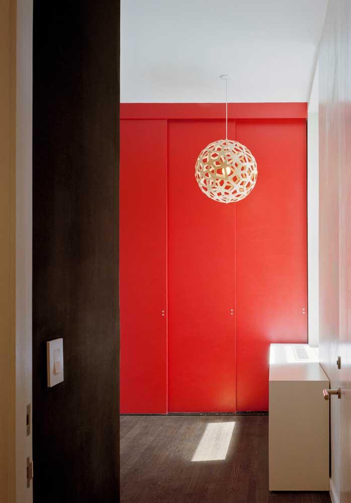 Se você preferir, pode apenas optar pelo tom vermelho na porta do quarto.
