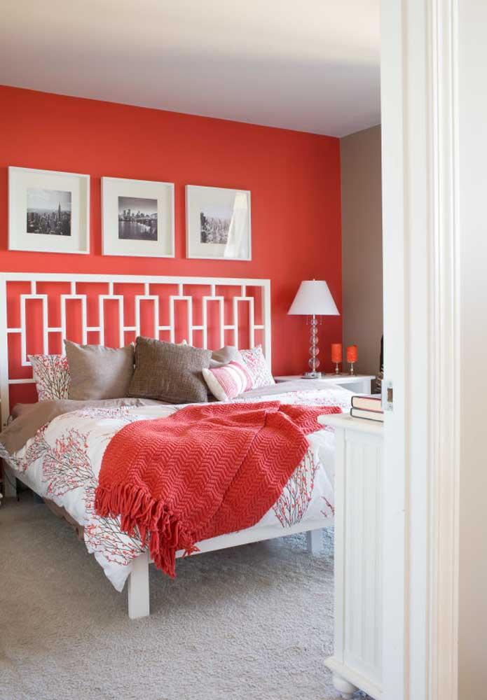Além da parede vermelha, você pode usar os acessórios no mesmo tom.