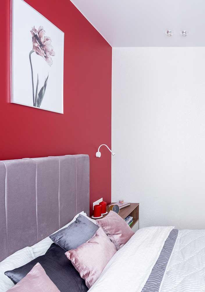A parede vermelha ajuda a valorizar os objetos de decoração.