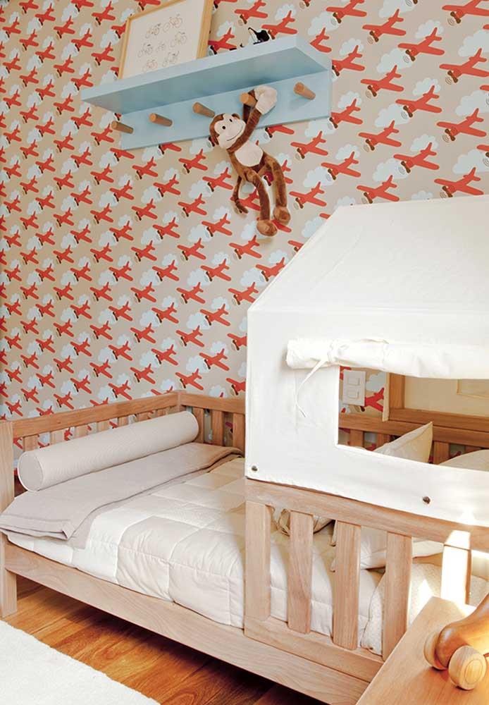 Olha que papel de parede mais fofo para decorar o quarto vermelho e branco para bebê.