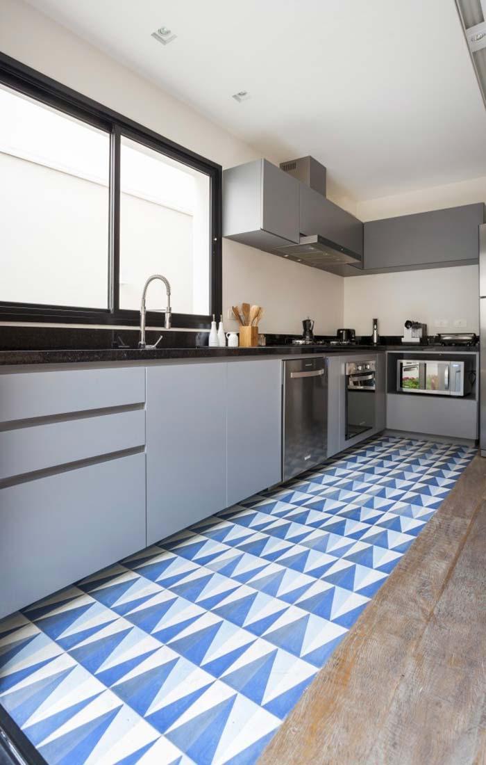 Faixa azul royal no piso da cozinha