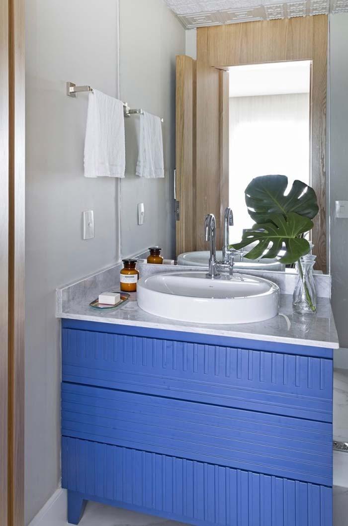 Gabinete azul royal para um banheiro moderno
