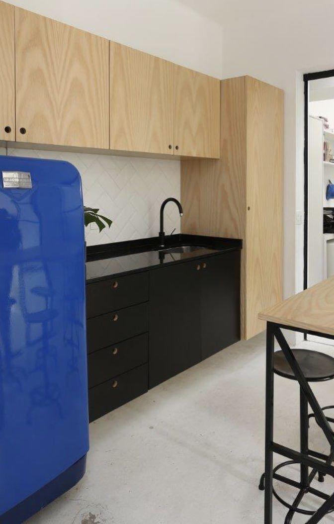 Uma geladeira azul royal