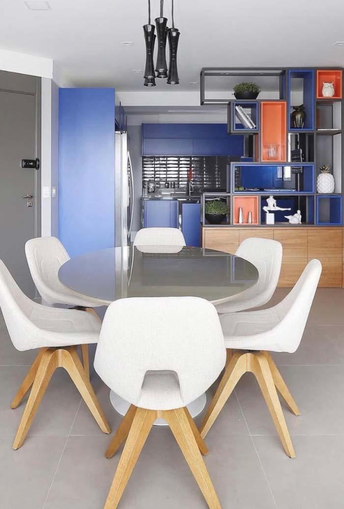 Cozinha azul complementada pelo laranja
