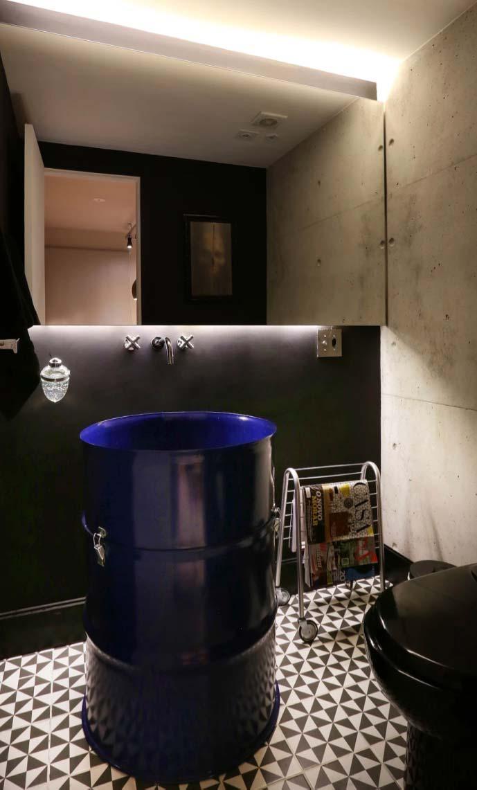 Azul royal modernizando o banheiro