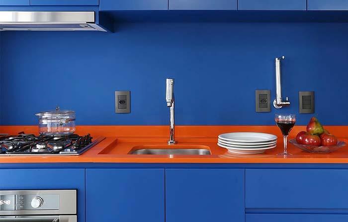 Pura ousadia essa cozinha de cores complementares