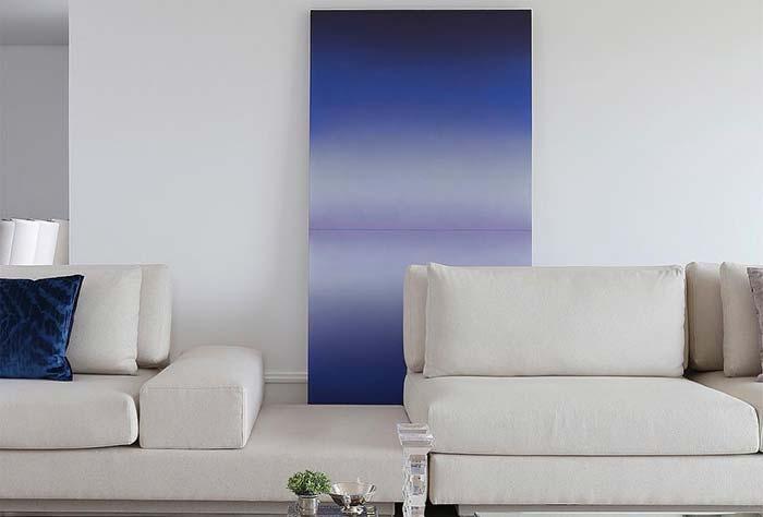 Painel simples azul royal, mas diferencial na decoração
