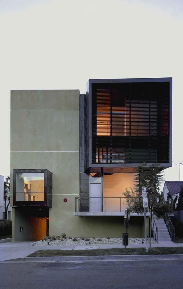 Grade preta cobre a parte superior da janela