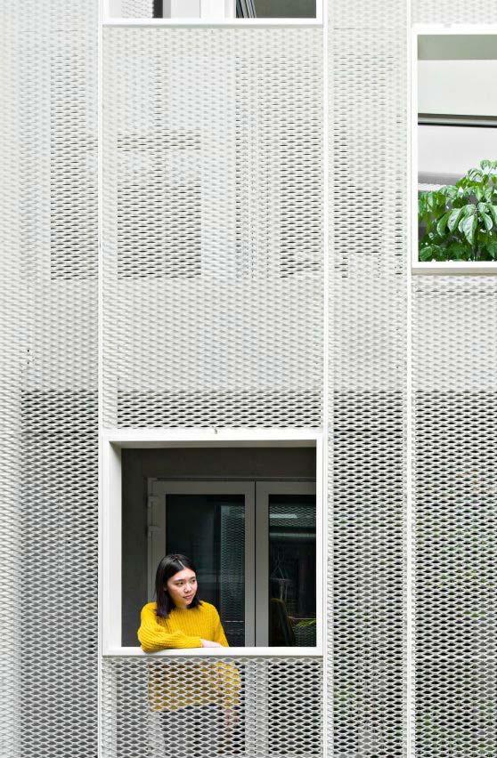 A tela de metal protege a sacada dos apartamentos