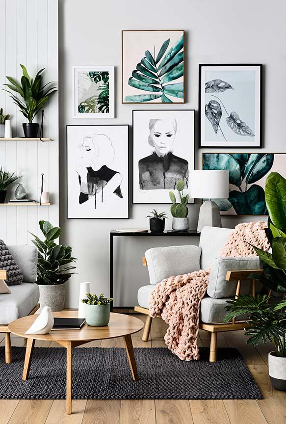Uma sala moderna traz plantas até nos quadros