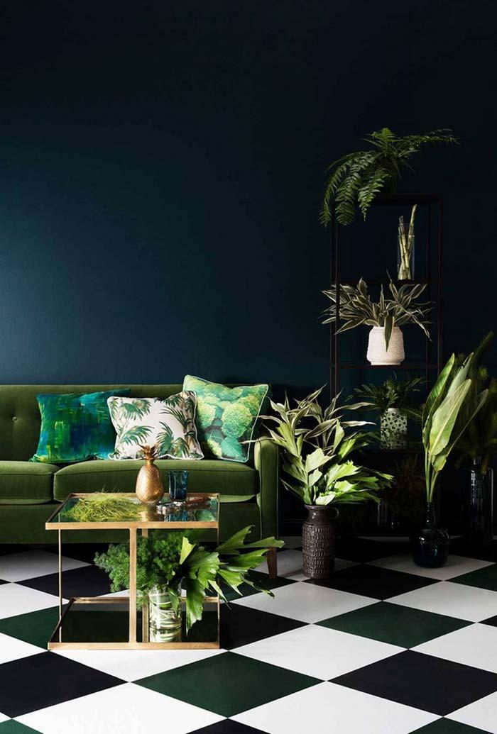 Sala azul e verde cheia de plantas