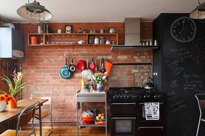 Utensílios à mostra deixam a cozinha ainda mais rústica e cheia de charme